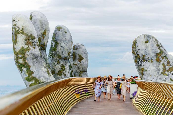 ベトナム-ダナン市-巨大な手の展望橋