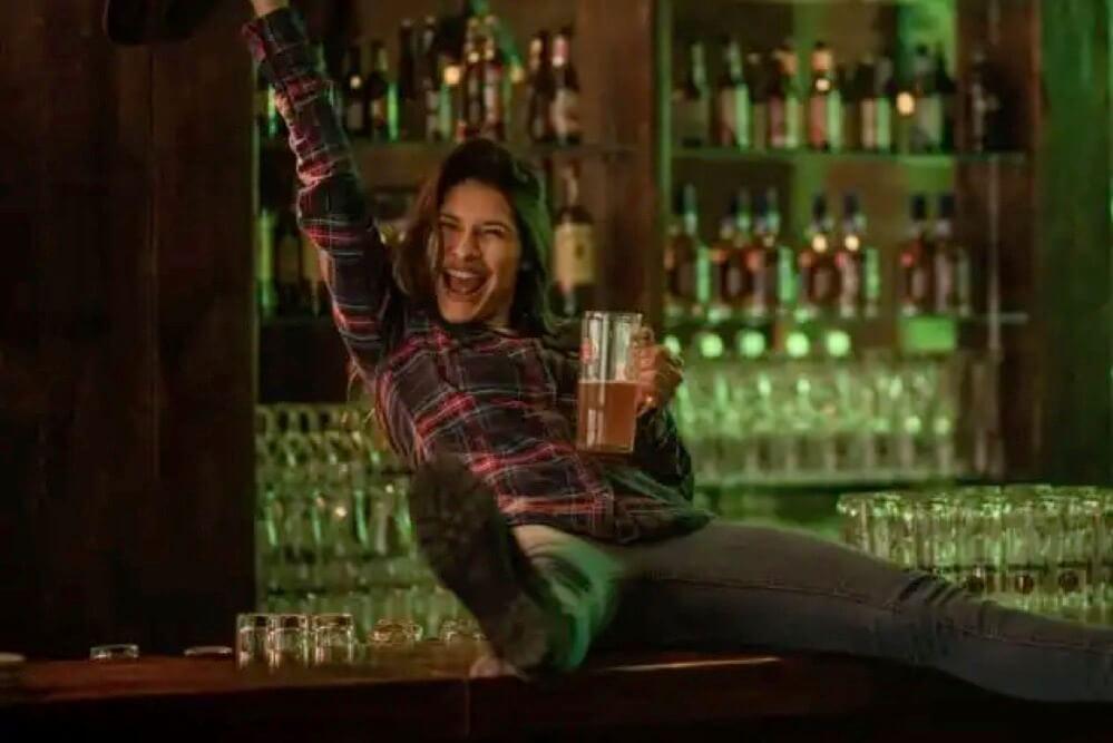 バーで酔っ払う女性