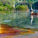 豊かな村が猛毒に。赤い汚染湖に飲み込まれたジャマナ村(ルーマニア)