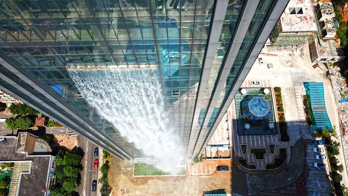 中国-ビルから流れる巨大な人口滝