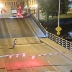 ヘ、ヘルプミーー!!可動橋を強行突破した女性、橋の下に落下するも命に別状はなし