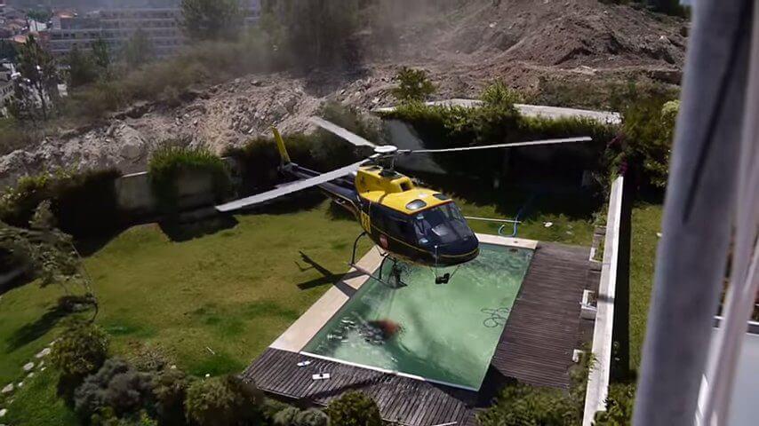 ヘリコプターによる消化-プールの水