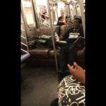 あんなのなかったよね…?電車の中で堂々とソファに座る男が目撃される(ニューヨーク)
