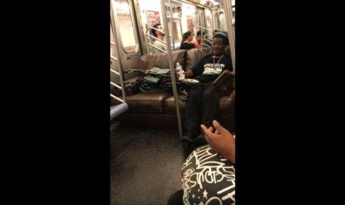 電車の中でソファに座る男