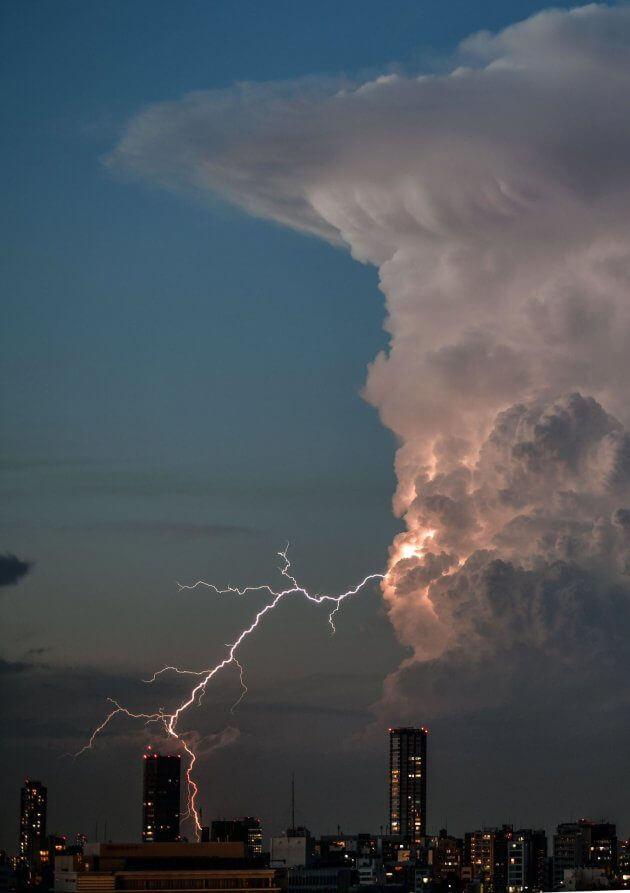 巨大な積乱雲による雷