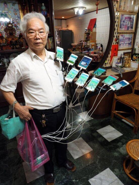 11台のスマホを使ってポケモンGOをやるおじいちゃん