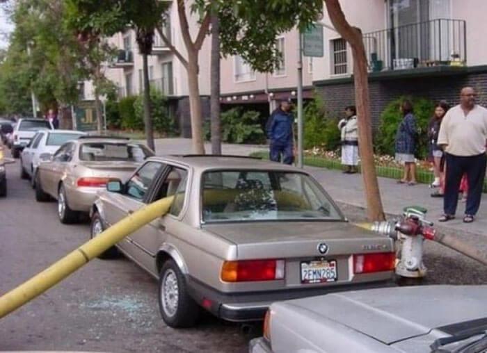 消火栓の前に駐車して窓ガラスが割られた車