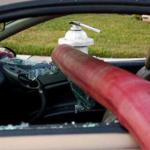 悪いけど、車の窓割らせてもらうよ!消火栓の前に駐車した人々の車の窓がホースの通り道になった瞬間