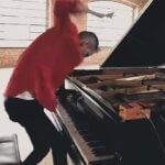 グランドピアノ1つあれば事足りる。マイケル・ジャクソンの「Beat It」をフルカバーする映像が素晴らしい。