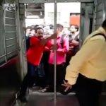 止まる前に乗り込むのがここでのクール。インドの通勤電車に乗り込む人々をスローモーションで撮影した様子がヤバい。