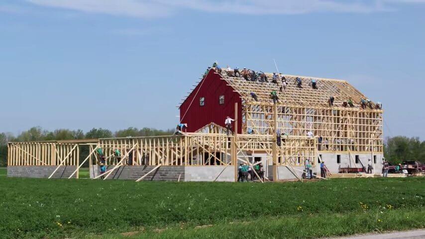 アーミッシュの人々が家を建てる映像