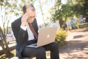 PCを操作する薄毛の男性-ハゲ