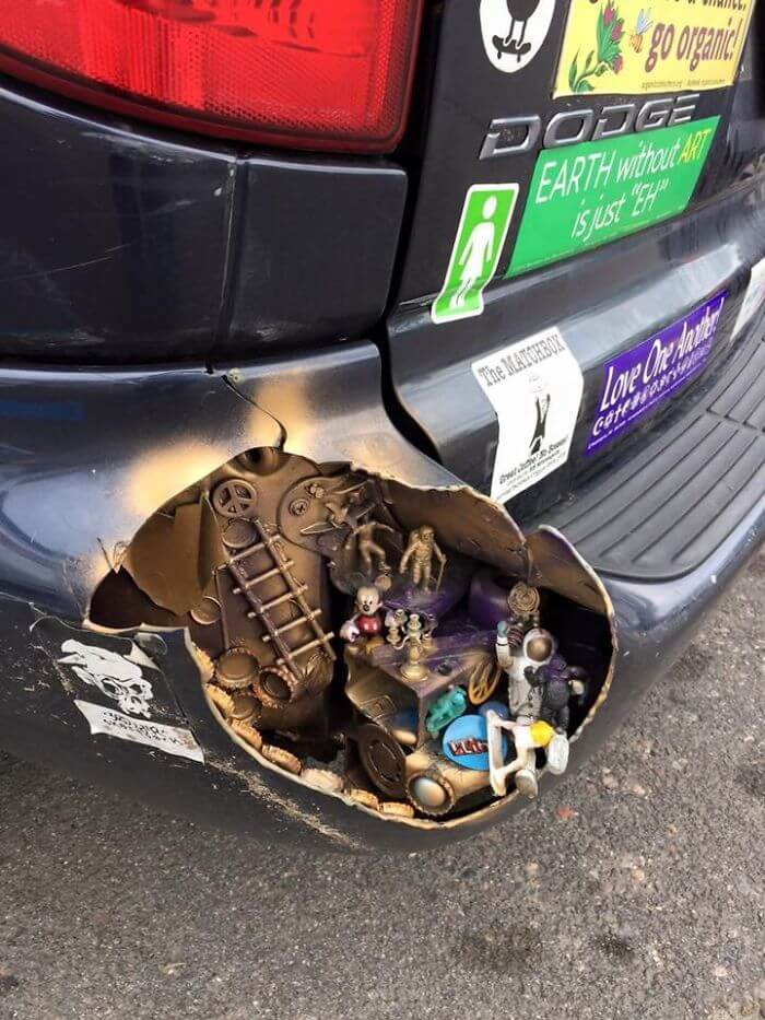 傷ついた車のアート