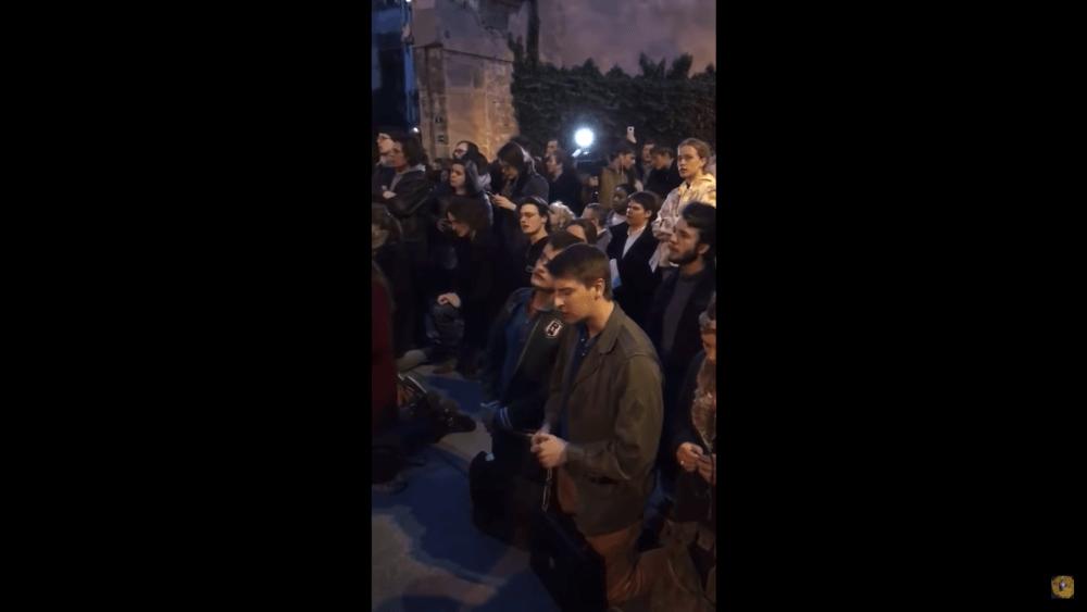 ノートルダム大聖堂の火災-聖歌を歌う人々