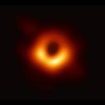 【写真】ブラックホールの撮影に世界で初めて成功。オレンジ色のガスの中に黒い影。地球と同じサイズの電波望遠鏡で可能に