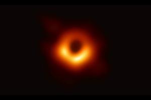 初めて撮影されたブラックホールの写真