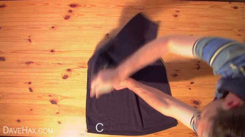 2秒でTシャツをたたむ方法