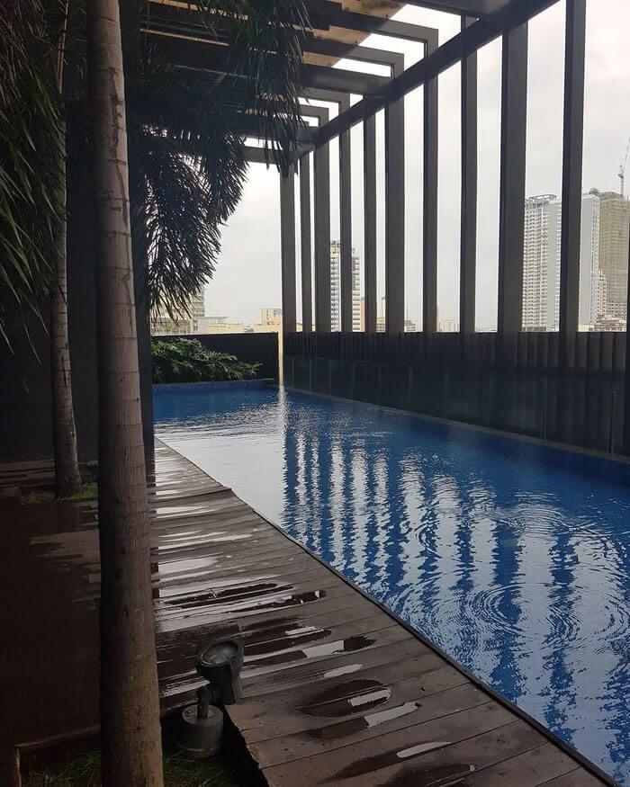 ビルの屋上にあるプール
