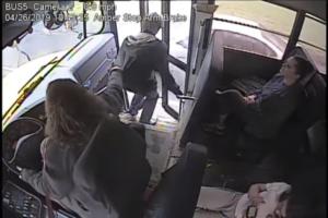 間一髪で事故を防ぐ瞬間-バス